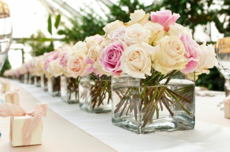 Décoration de table, bouquets de roses